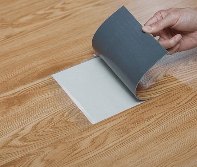 Sàn nhựa giả gỗ tự dán có keo sẵn tốt nhất năm 2021